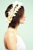 Schöne Frau in der Blumenkrone Lizenzfreie Stockbilder