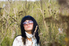 Schöne Frau in der Brille lizenzfreies stockfoto