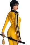 Schöne Frau in der gelben Latexsprungklage Lizenzfreie Stockbilder