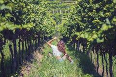 Schöne Frau in der Jacke im Weinberg Lizenzfreies Stockfoto