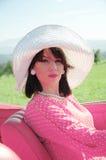 Schöne Frau in der Jahrart, Autoreise Stockfotos