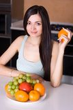 Schöne Frau in der Küche Stockbild