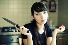 Schöne Frau in der Küche stockfoto