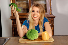 Schöne Frau in der Küche Lizenzfreie Stockbilder