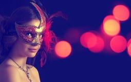 Schöne Frau in der Karnevalsschablone Lizenzfreies Stockbild