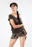 Schöne Frau in der Militärkleidung. Stockfotografie