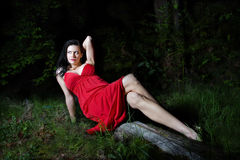 Schöne Frau in der Natur lizenzfreie stockfotografie