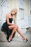 Schöne Frau in der schwarzen Kleideraufstellung im Freien Lizenzfreies Stockbild