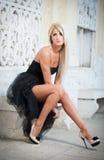Schöne Frau in der schwarzen Kleideraufstellung im Freien Lizenzfreies Stockfoto