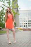 Schöne Frau in der Straße Stockbilder