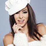 Schöne Frau in der warmen Kleidung Lizenzfreie Stockfotos