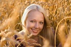 Schöne Frau an der Weizenfeldnahaufnahme Stockfotografie