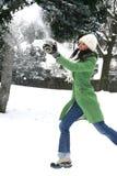Schöne Frau in der Wintereinstellung Stockfotos