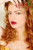 Schöne Frau des gelockten Haares lizenzfreie stockbilder