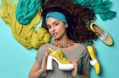 Schöne Frau des gelockten Haares des Hautecouture-Blickzaubers mit Blau a lizenzfreie stockbilder