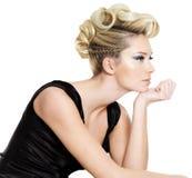 Schöne Frau des Zaubers mit Frisur Stockfoto