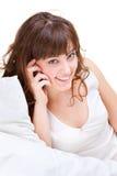 Schöne Frau, die auf dem Mobiltelefon spricht Lizenzfreie Stockfotografie