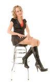 Schöne Frau, die auf dem Stabstuhl sitzt Stockfotografie