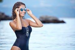 Schöne Frau, die auf dem Strand aufwirft Lizenzfreie Stockfotografie