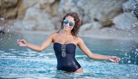 Schöne Frau, die auf dem Strand aufwirft Lizenzfreies Stockfoto