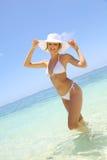 Schöne Frau, die auf dem Strand steht Lizenzfreie Stockbilder