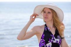 Schöne Frau, die auf den Strand geht Stockfotografie