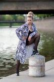 Schöne Frau, die auf der Ufergegend aufwirft lizenzfreies stockfoto