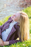 Schöne Frau, die auf Fluss-Querneigung legt Lizenzfreie Stockfotos