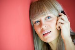 Schöne Frau, die auf Handy spricht Stockbild