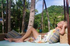 Schöne Frau, die auf natürlichem Hintergrund sich entspannt Lizenzfreie Stockfotografie