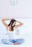 Schöne Frau, die in Bett ausdehnt Stockbilder