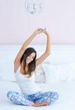 Schöne Frau, die in Bett ausdehnt Lizenzfreie Stockfotos