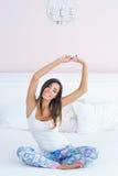 Schöne Frau, die in Bett ausdehnt Stockfotografie