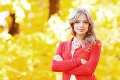 Schöne Frau, die in den Wald an einem Falltag geht Lizenzfreie Stockfotos