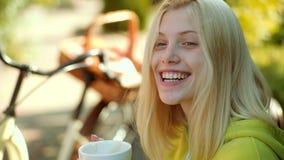Schöne Frau, die in den Wald an einem Falltag geht enjoy  Heißes Kaffee-Konzept  stock footage