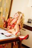 Schöne Frau, die in der Küche sich entspannt Lizenzfreie Stockfotografie
