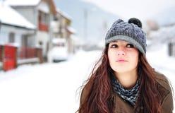 Schöne Frau, die in der Winterzeit lächelt Lizenzfreies Stockfoto