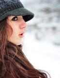 Schöne Frau, die in der Winterzeit lächelt Lizenzfreie Stockfotos