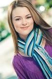 Schöne Frau, die draußen einen blauen Schal trägt Lizenzfreie Stockbilder