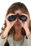 Schöne Frau, die durch Binokel 3 schaut Stockfotos