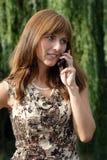Schöne Frau, die durch das Mobiltelefon spricht Stockfotos