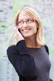 Schöne Frau, die durch Handy spricht Lizenzfreies Stockbild