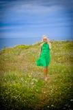 Schöne Frau, die durch Meer geht Lizenzfreies Stockbild