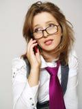 Schöne Frau, die durch Telefon benennt lizenzfreie stockfotografie