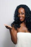 Schöne Frau, die ein Bad-Tuch (13) trägt Stockfotografie