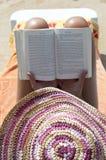 Schöne Frau, die ein Buch liest stockfoto