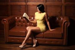 Schöne Frau, die ein Buch liest Stockbild