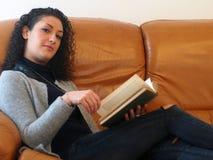 Schöne Frau, die ein Buch liest Stockbilder