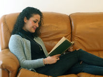 Schöne Frau, die ein Buch liest Stockfotos