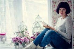 Schöne Frau, die ein Buch liest Lizenzfreies Stockbild